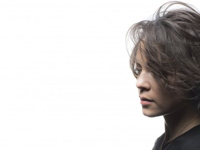 """De niña soñaba con parecerse a Julieta Venegas, a PJ Harvey, a Violeta Parra. Todas fuertes y poderosas. Su último disco la ha elevado al estrellato en Latinoamérica. Es menuda y directa. Y confiesa que le duele su país: """"Están pasando cosas terribles""""."""