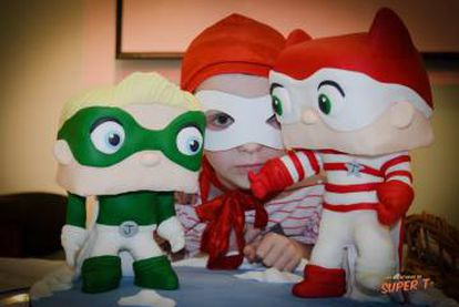 Thiago con las figuras de Súper T y Pequeño J, personaje que creó para su hermano pequeño.
