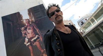 Luis Montolio, bajo su foto gigante que se exhibe junto al mercado de Mossén Sorell, en Valencia.