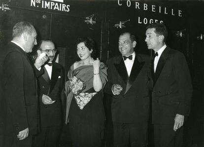 Luis Buñuel, segundo por la derecha, junto a otros invitados, en el festival de Cannes de 1960. / CORTESÍA DE TOLOCHA PRODUCCIONES