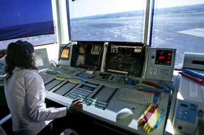 Una controladora aérea en el aeropuerto de Madrid-Barajas, en una foto de archivo.