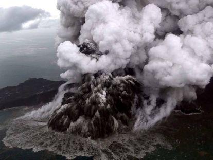 El volcán Anak Krakatoa, durante su erupción este domingo.