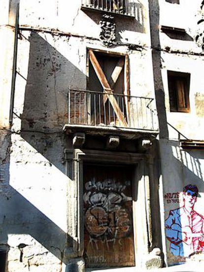 Imagen de la fachada de la casa con el escudo de armas antes de su desaparición.