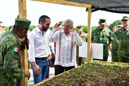 """Andrés Manuel López Obrador y el presidente de El Salvador, Nayib Bukele, en la presentación del programa """"Sembrando Vida"""" en Tapachula, Chiapas, en junio de 2019."""
