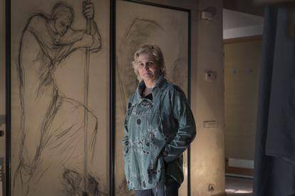 Carina Boronat, junto a una obra de su madre, Montserrat Gudiol, a finales de enero de 2021 en La Garriga (Barcelona).