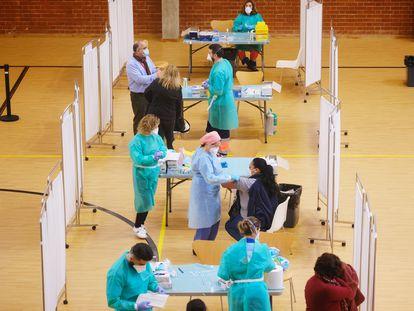 Sanitarios administran la vacuna AstraZeneca en el pabellón deportivo de la Facultad Económicas Universidad de Sevilla, este jueves.