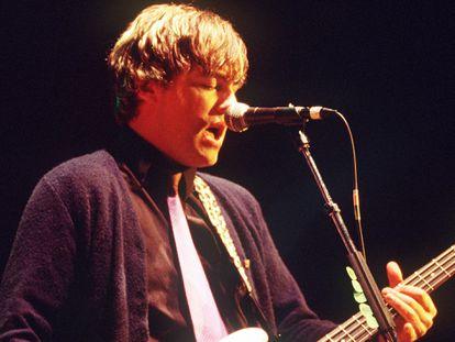Mikey Welsh, exbajista Weezer fallecido en 2011, durante un concierto con la banda en 2001.