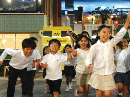 Un grupo de niños en el parque KidZania en Tokio (Japón).