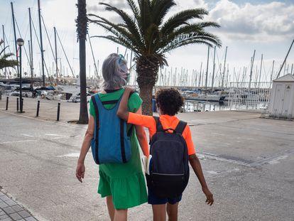 Maria Herrero acompaña a su hijo Genís a clases de vela en el Port Olímpic de Barcelona.