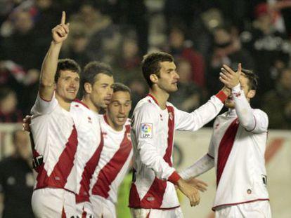 Los jugadores del Rayo festejan un gol.