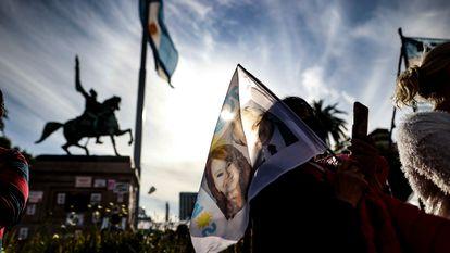 Miles de personas festejan el 'Día de la Lealtad Peronista' con una marcha a favor del gobierno en la Plaza de Mayo, en Buenos Aires.