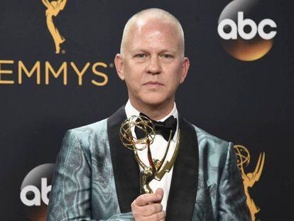 Ryan Murphy, con uno de los Emmy que ganó 'American Crime Story' en 2016. En vídeo, tráiler de la serie por la que ganó en Emmy.