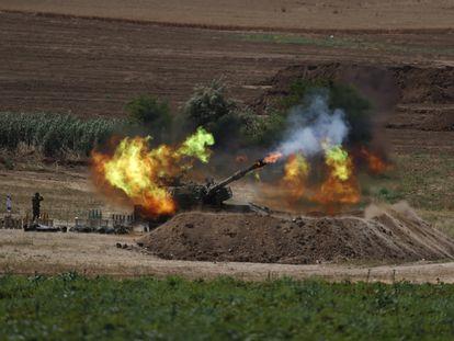 Una pieza de artillería israelí dispara sobre objetivos en la Franja de Gaza este lunes. En vídeo, la escalada de violencia entre el Ejército israelí y las milicias islamistas a vista de dron.