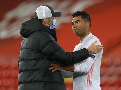 Klopp felicita a Casemiro al término del partido en Anfield.