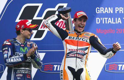 Márquez celebra la victoria en el GP de Italia junto a Lorenzo