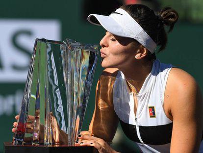 Andreescu besa el trofeo de campeona en Indian Wells.