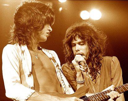 Joe Perry y Steven Tyler, de Aerosmith, durante un concierto en 1975. Los dos músicos eran conocidos como The Toxic Twins (Los Gemelos Tóxicos) debido a su afición por las sustancias.