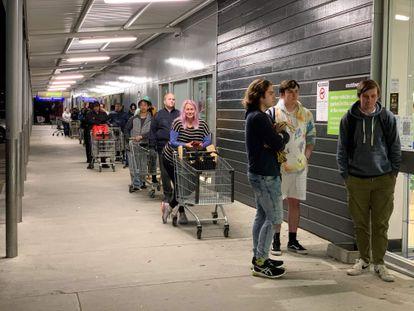 Colas en un supermercado de Auckland tras anunciarse el confinamiento de la ciudad.