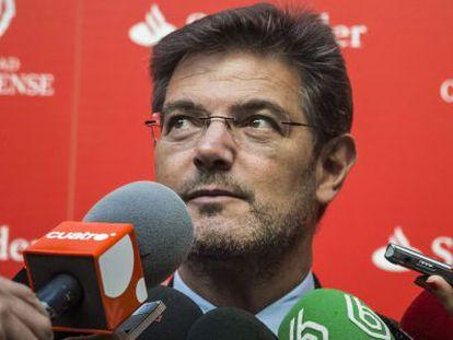 El ministro de Justicia, Rafael Catalá responde a los medios de comunicación en San Lorenzo de El Escorial.