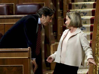 Rafael Hernando (PP) y Ana María Oramas (Coalición Canaria), en el Congreso de los Diputados.