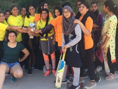 Hifsa Butt, en el centro con una trenza, en un partido entre el equipo del Poble Sec (de amarillo) y el de Trinitat Vella (naranja).