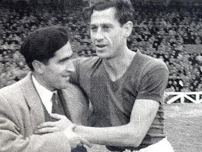 Ángel Zubieta es abrazado por un aficionado durante un partido en San Mamés con el San Lorenzo de Almagro.