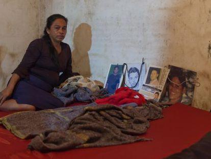 Una madre observa las fotos de desaparecidos antes de dormir.
