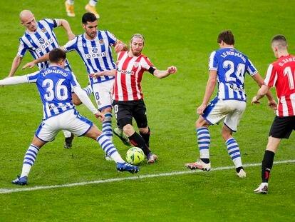 Jugadores del Athletic de Bilbao y la Real Sociedad se enfrentan durante el partido de la Liga Santander del pasado 31 de diciembre de 2020 en San Mamés.