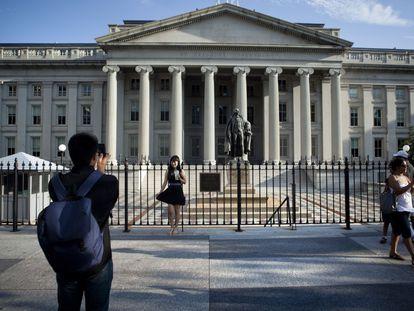 Turistas frente a la fachada del Departamento del Tesoro en Washington.