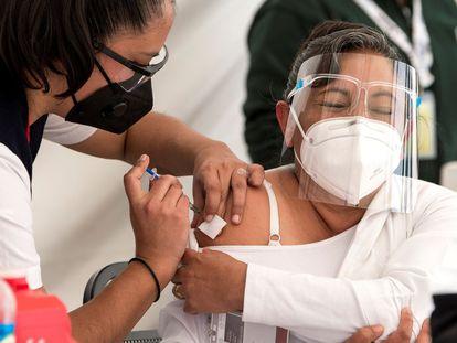 Una mujer recibe la vacuna del coronavirus en Coahuila (México).