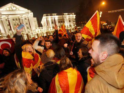 Partidarios de la oposición, durante el escrutinio en Skopje.