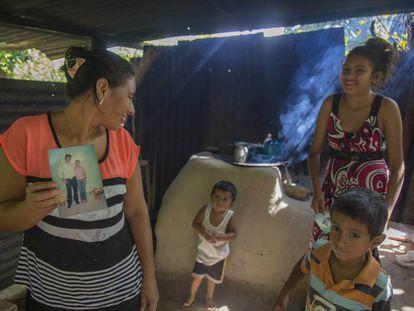 Edis Hernández, en la localidad hondureña de El Negrito, Yoro, sujeta una fotografía de su marido Manuel, quien se unió a la caravana de migrantes en dirección a EEUU.