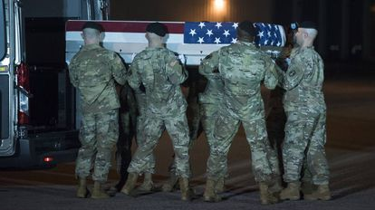 Soldados estadounidenses transportan los restos de su compañero Elis barreto Ortiz, muerto en un atentado en Kabul el pasado 5 de septiembre.