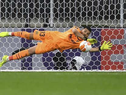Rulli detiene el penalti a De Gea.