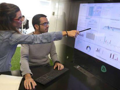Dos empleados de NEM Solutions en la sede de la firma en Miramón.