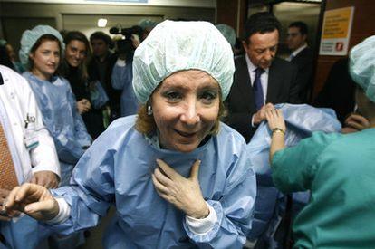 La presidenta regional, Esperanza Aguirre, durante la visita al servicio de Neurocirugía del hospital de La Princesa.