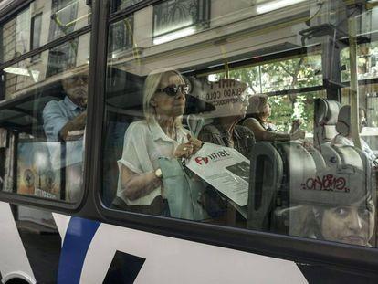 Una mujer viaja en autobus en Buenos Aires.