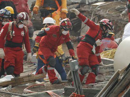 Los equipos de rescate en un edificio derrumbado de la Ciudad de México.