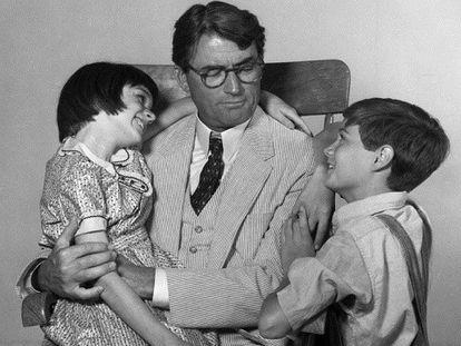 FOTO: Los actores Mary Badham, Gregory Peck y Phillip Alford en un fotograma de la película 'Matar a un ruiseñor' (1962). / VÍDEO: Fragmento de la película.
