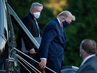Mark Meadows (izquierda) acompaña al presidente Donald Trump tras su salida del hospital Walter Reed, el 2 de octubre de 2020.