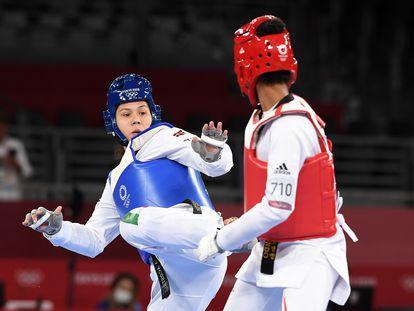 La mexicana Briseida Acosta (i) frente a la francesa Althea Laurin, este martes durante su combate.