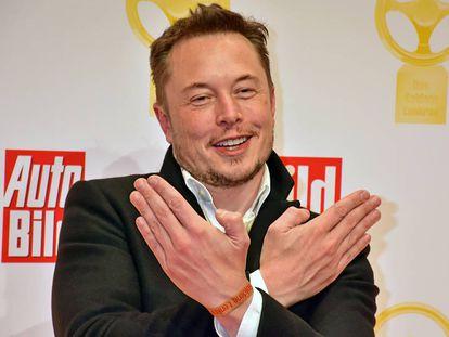 Elon Musk dice tener un proyecto de nave espacial que podría llegar a Marte en 2019. Algunos esperan que sea cierto, que se suba a ella y que no vuelva. En la imagen, Musk en los premios Goldenes Lenkrad celebrados en Alemania (2016).