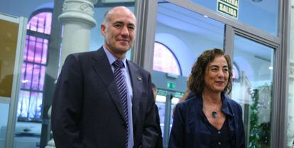 La consejera de Educación, Cristina Uriarte, junto al rector de la UPV, Iñaki Goirizelaia, este lunes en Bilbao.