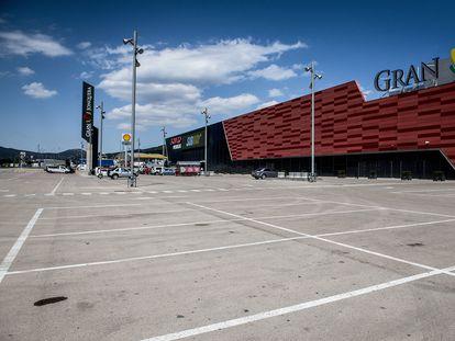 El aparcamiento del centro comercial Gran Jonquera, uno de los comercios afectados por la caída en el tráfico fronterizo.