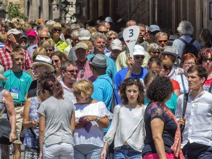 A las puertas de un nuevo verano de récord turístico en la ciudad de Barcelona, el sector se ha convertido en el problema más grave de Barcelona, según sus vecinos. Ha relegado al segundo puesto el paro y las condiciones laborales, que encabezaban la lista desde 2008. En la imagen, turistas en las inmediaciones de la catedral.
