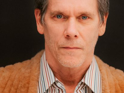 El actor, que protagoniza 'City on a Hill', cuya segunda temporada ya está disponible en Movistar+, viste aquí, cárdigan y camisa de rayas Louis Vuitton.