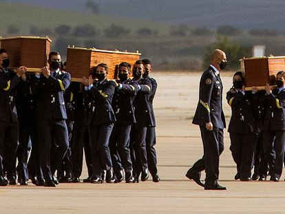 Soldados del Ejército del Aire trasladan los féretros de los periodistas y del conservacionista irlandés asesinados en Burkina Faso.