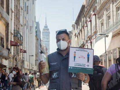 Un trabajador del Gobierno en el centro de Ciudad de México.