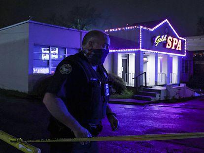 Un policía trabaja en la escena del crimen del Gold Spa en Atlanta, la noche de ayer.