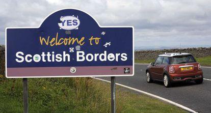 Un cartel en el límite con Inglaterra pide el sí a la independencia.